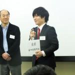 漆嶋会長から岩井さん(64回生部長)へ支援金目録が授与