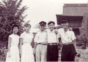 夏の合宿途上に信州善光寺へ 角帽がNot Unusual(11回生)